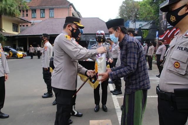 Peringati Hari Santri Nasional, Polresta Malang Kota Bagi - bagi Sembako ke Ponpes di Wilayah Kota Malang