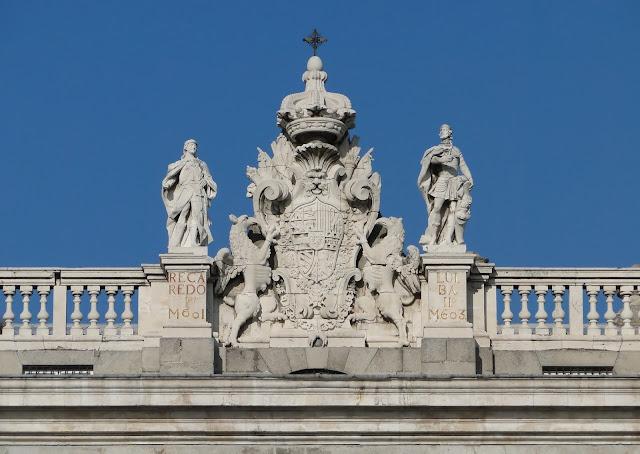 Esculturas de reyes visigodos, Recaredo II y Ervigio, flanqueando el escudo de España
