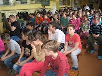 A bodrogszerdahelyi magyar alapiskolások Bíró András Zsolt előadásán az iskolában.jpg