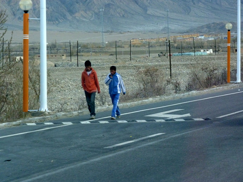XINJIANG. Karakoram Highway, lune des plus haute route au monde, en passant a 4400 m - P1280639.JPG