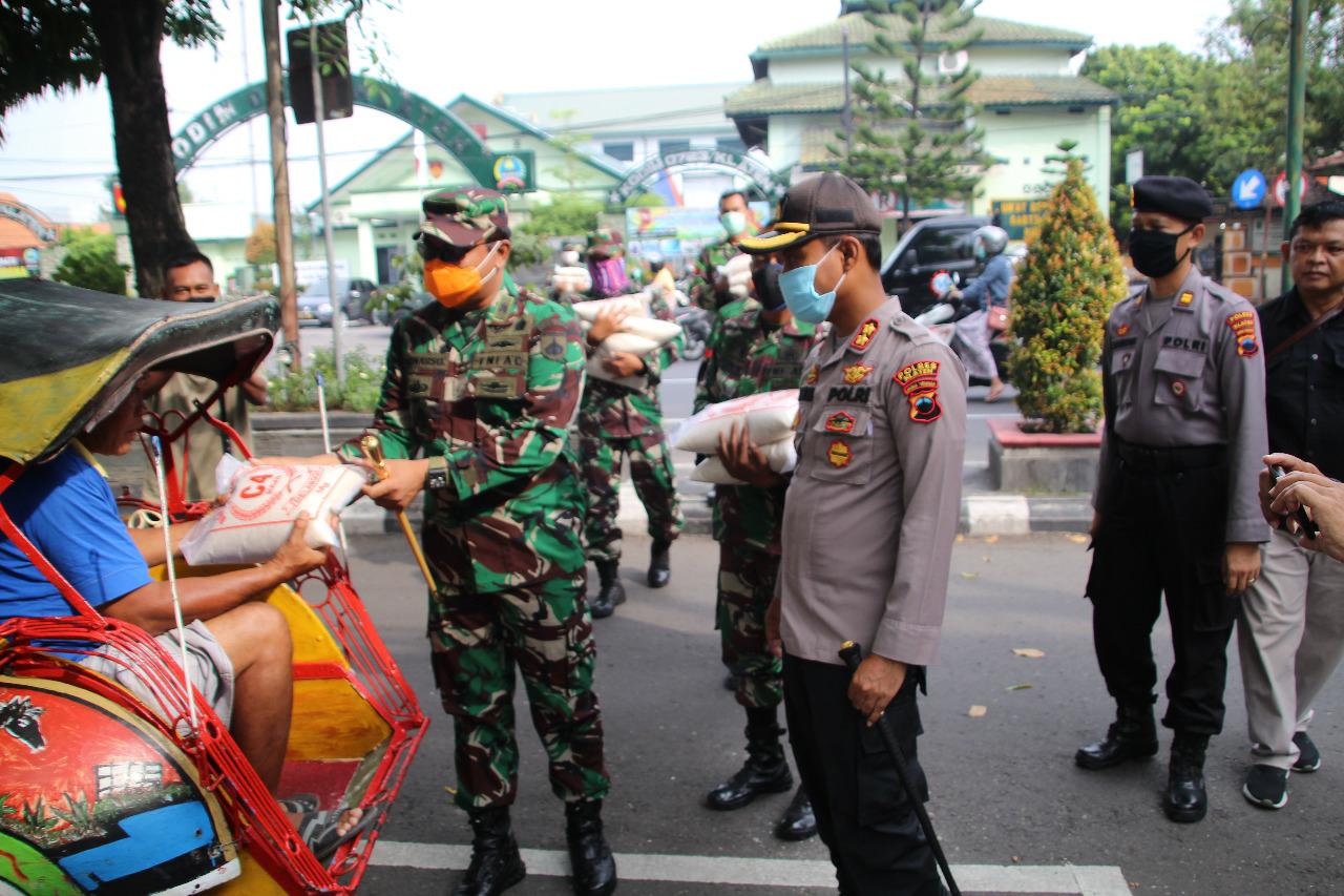 Aksi Sosial Peduli Berlanjut, Polres dan Kodim 0723/Klaten Berikan Bantuan Warga Miskin Terdampak Covid 19