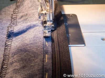 ファスナー取りつけ用の押さえに交換しミシンで縫う