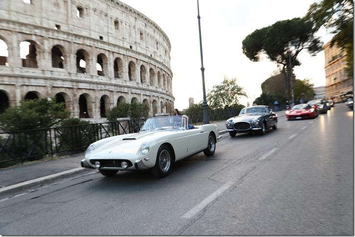 Parata Ferrari Roma davanti al Colosseo_21 ottobre