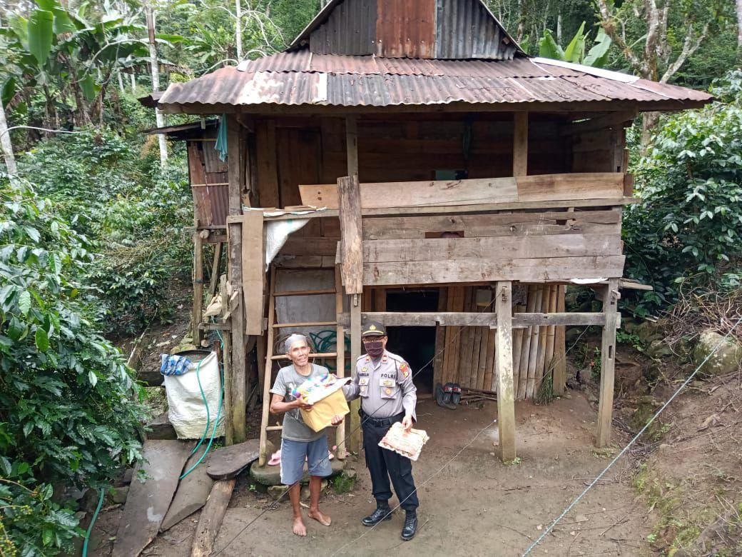 Kapolsek Tompobulu Gowa Salurkan Bantuan Kepada Warga Kurang Mampu