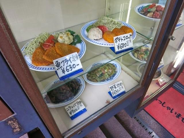 店頭のサンプルケース、魚フライ、コロッケ、レバニラ、野菜炒め