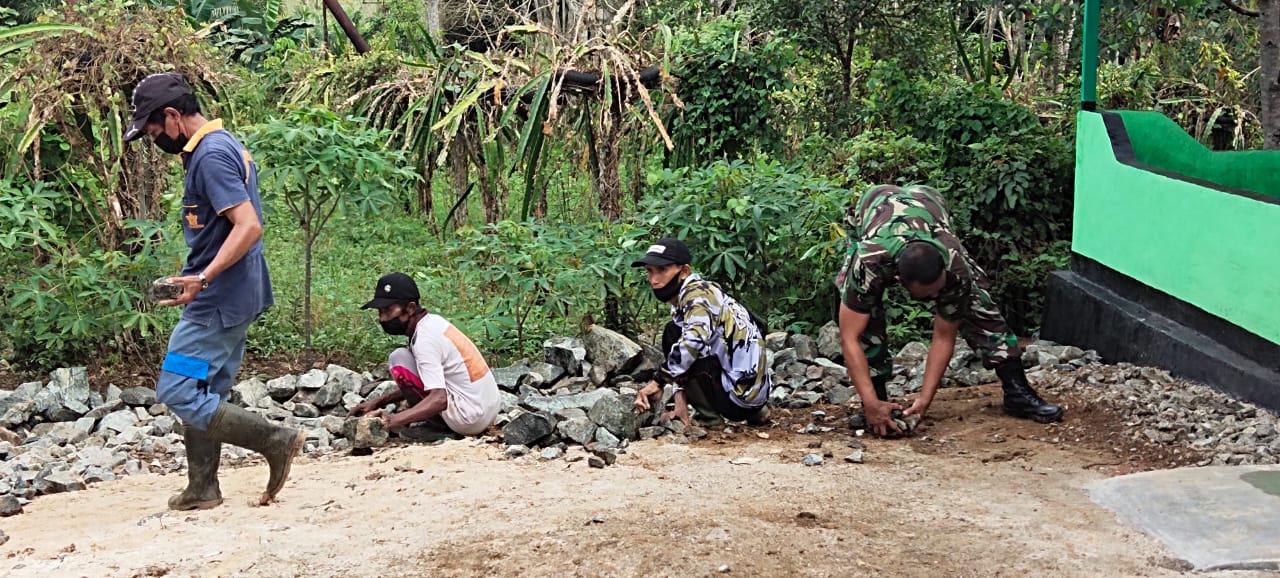 Warga Bantu Satgas TMMD Lakukan Pengamparan Batu Di Halaman TK Al Qur'an