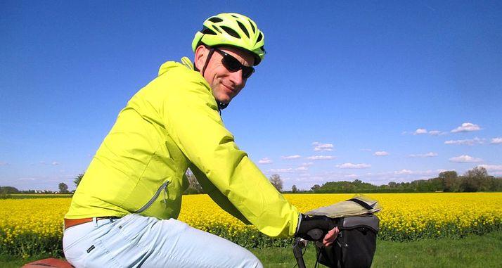 Chris on the Bike an einem Rapsfeld am rechtsrheinischen Rhein-Radweg zwischen Gustavsburg und Erfelden
