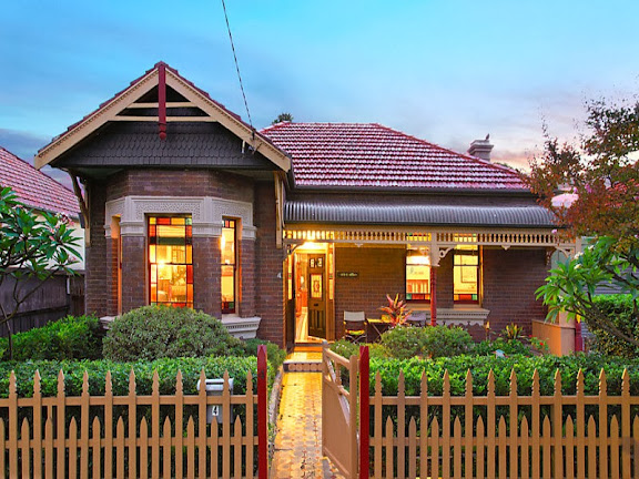 This house is Federation Queen Anne style, with Victorian features, such as the geometric designs in the stained glass windows, separate verandah roof and internal plasterwork.
