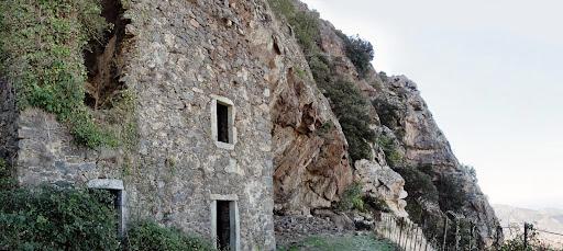 ...ces ruines insolites encastrées dans la roche