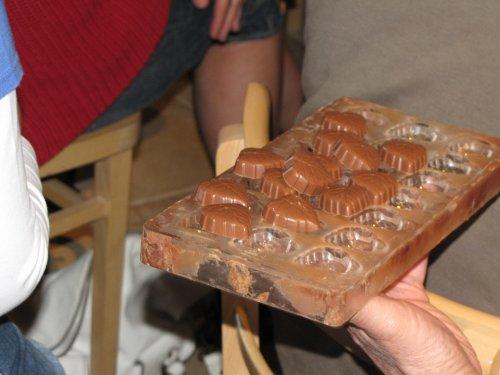 Vervolgens toont hij hoe hij dan van de chocolade allerlei pralines en lekkers maakt. Natuurlijk mogen we proeven.