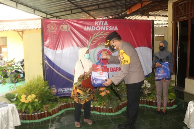 TNI- Polri Membagikan 10 Ton Beras Untuk Warga Terdampak Covid 19