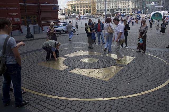 Kilómetro cero de Rusia, Moscú. Mujeres recogiendo las monedas lanzadas por los turistas.