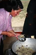 Photo: 03373 ナムジ家/麺作り/干し肉入りウドン/ボリチテシュル/干し肉をゆで、塩、ウドンを入れ、シーズニングを入れる/鉄製ストーブ