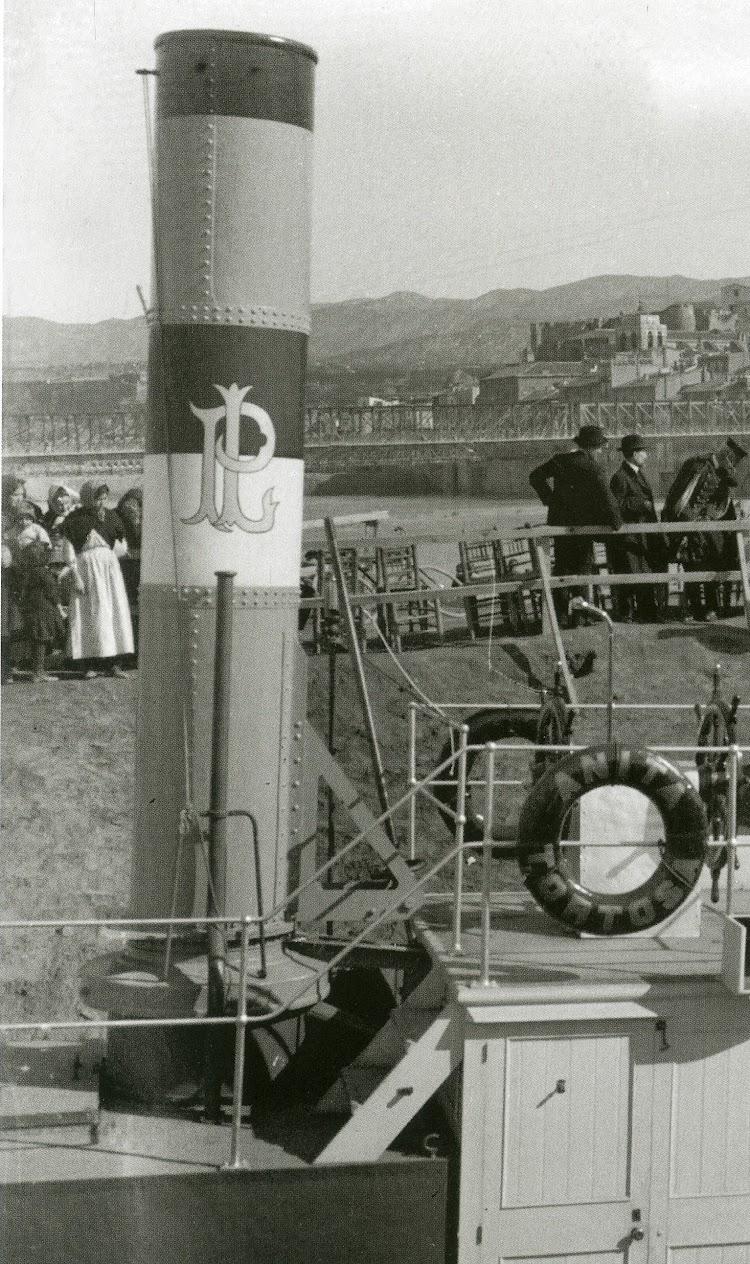 Detalle de la chimenea. Foto Gerard Verges. ACBEB. Del libro El Vapor ANITA. La Historia d´un Mite.jpg