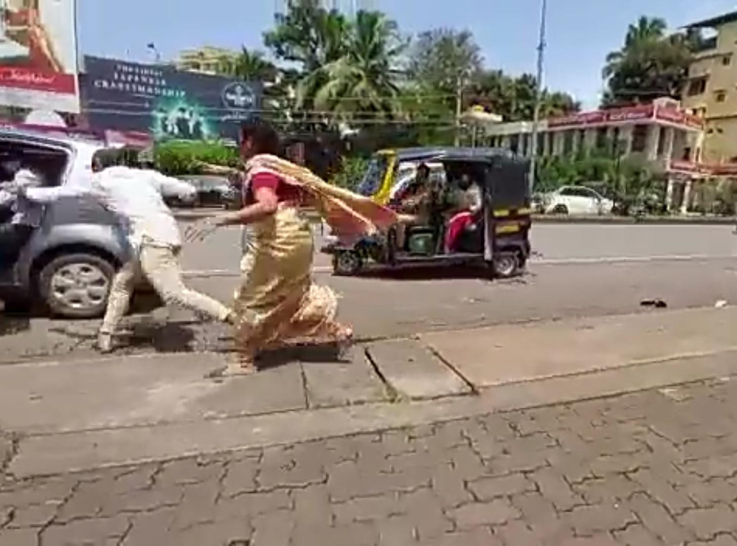 ಮಂಗಳೂರು: ಹಾಡಹಗಲೇ ನಡುರಸ್ತೆಯಲ್ಲಿ ಮಹಿಳೆಯ ದರೋಡೆಗೆ ಯತ್ನ: ಎದೆ ಜಲ್ಲೆನಿಸುತ್ತದೆ ದೃಶ್ಯ