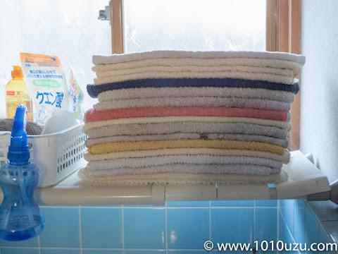 洗面所の色とりどりのタオル