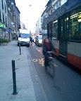 Rue de Lausanne, inauguration de la piste anti-cyclable: épisode 2. Photo: dani