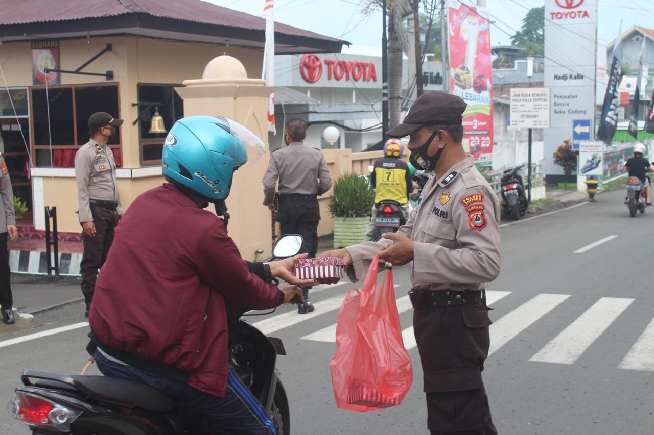 Personil Bag Ops Polres Soppeng Bagi Bagi Takjil di Depan Mako Polres