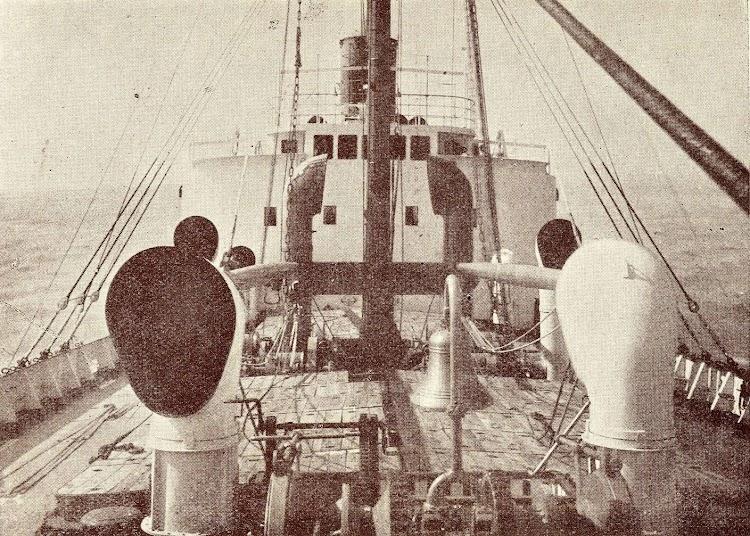 2- Detalle de la cubierta de proa del vapor CIUDAD DE ALCIRA. Del libro Unión Naval de Levante. 1924-1949.jpg