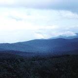 """Vue sur les Monts Sinyi. En russe, """"sinyi"""" signifie """"bleu"""". De fait, ces montagnes, dans la lumière du matin ou du soir, semblent bleues. Photo : V. Zlobin"""