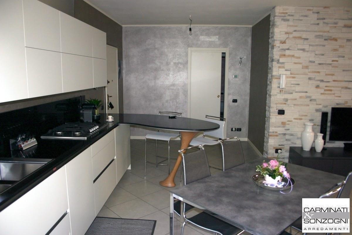 cucina Ola Snaidero con penisola a forma di boomerang e piani in quarzo nero, tavolo Convoy Calligaris e sedie Air hight Calligaris, consegnata in provincia di Bergamo -3.JPG