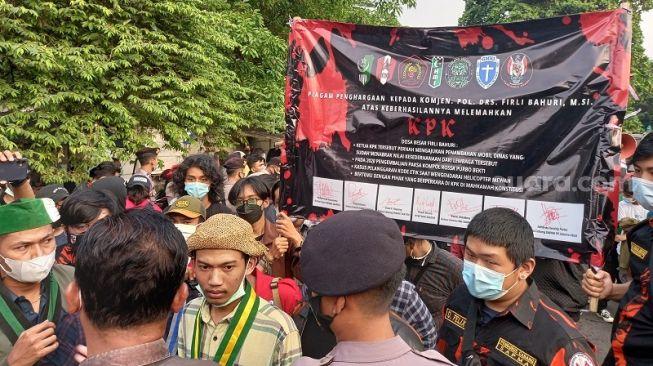 """Apresiasi Keberhasilan Petinggi KPK, Sejumlah Mahasiswa Beri """"Piagam Penghargaan"""" ke Firli Bahuri cs"""