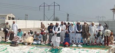 खटकड़ टोल पर नमाज अदा करते हुए मुस्लिम समुदायम के लोग