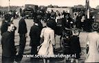 Canadese vrachtwagens arriveren in Terbregge, de eerste geallieerde troepen terplekke. Op de foto is een Duitse anti-tankmuur te zien.