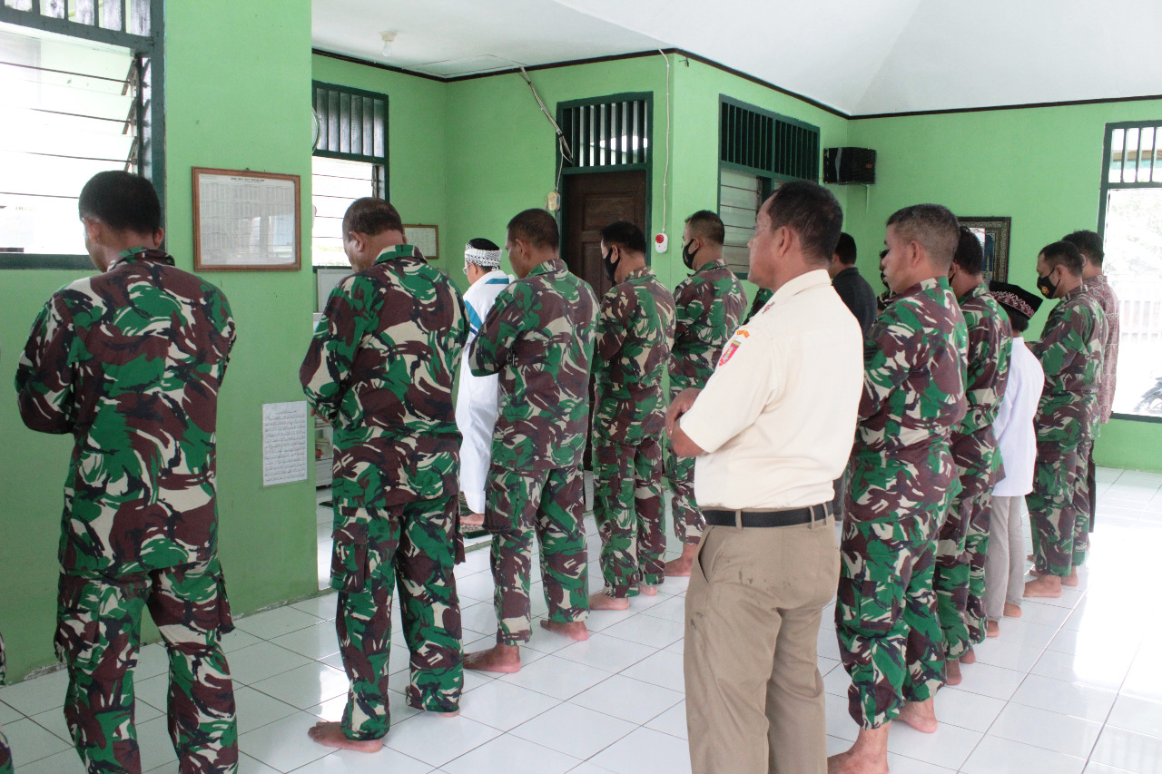 Program Bintal, Prajurit Kodim Tenggarong Menjalankan Sholat Berjamaah