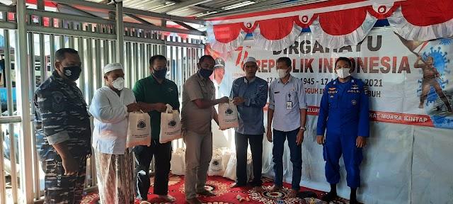 Banjir dan Abrasi di Kintap Tala, Arutmin Salurkan Ratusan Paket Sembako pada Korban Terdampak