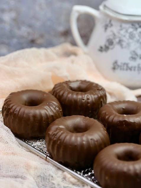 Gugelhupf mit gehackten Kakaobohnen