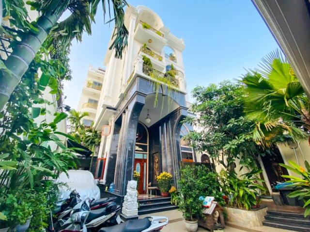 Mẫu nhà biệt thự lộng lẫy ẩn giấu vườn cây xanh giữa lòng Sài Gòn