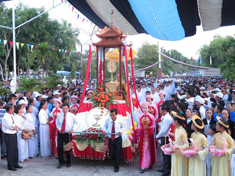 Hình ảnh thánh lễ và kiệu Mình Thánh Chúa của hai Giáo Hạt Cam Ranh - Cam Lâm tại Giáo xứ Nghĩa Phú vào lúc 15g00 ngày 5/6/2016