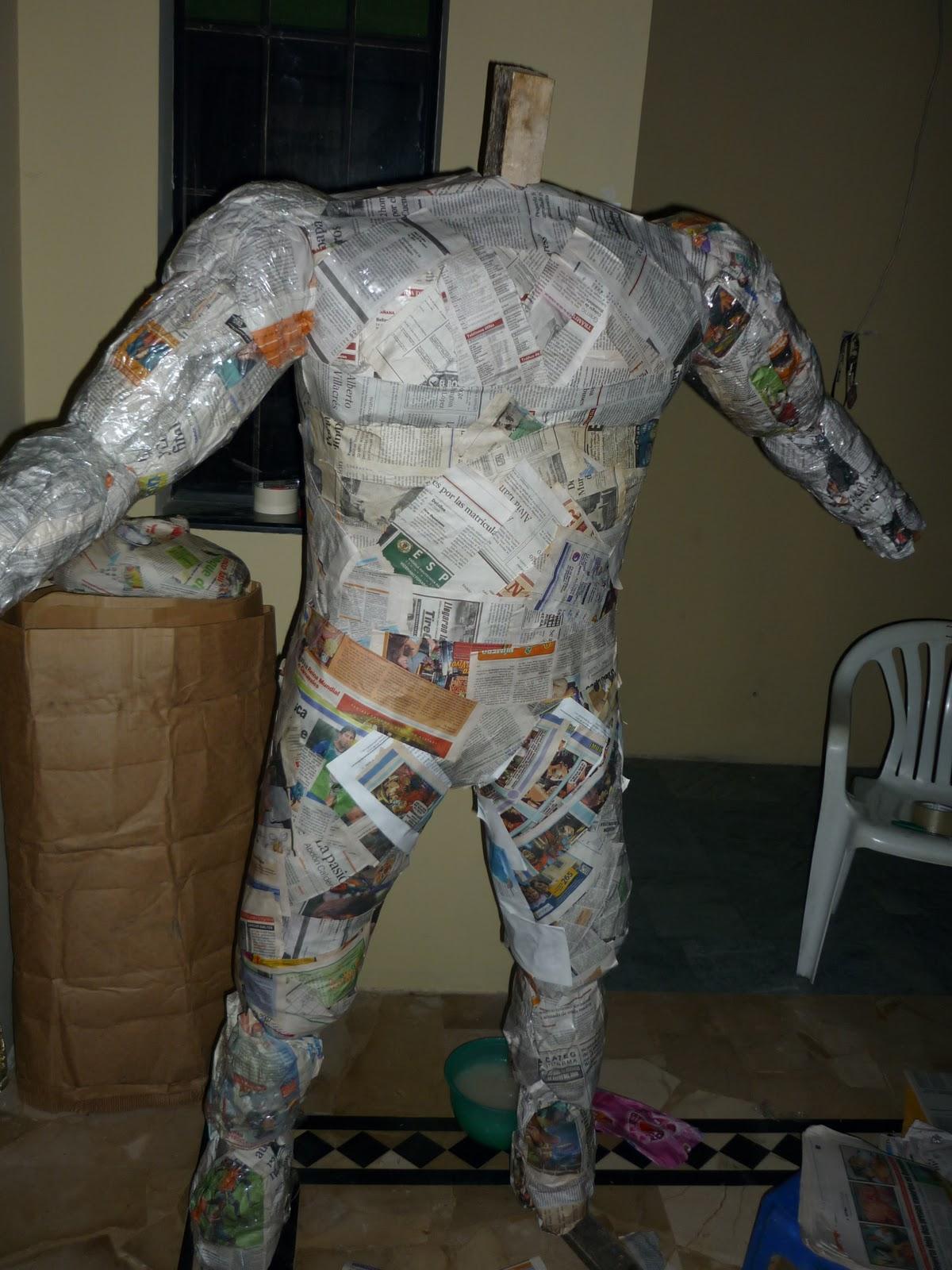 bolas de papel arugado el papel para dar forma a los brazos con