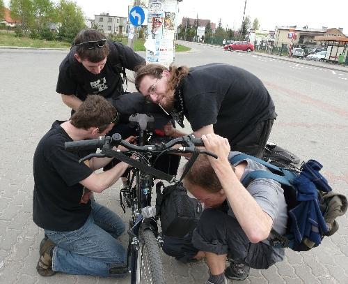 3.Usterka  Pomimo optymizmu i niezwykłej chęci pedałowania uczestników nie obyło się bez niespodzianek. Niestety rowery okazały się być zbyt przytłoczone ciężarem bagażu -na pierwszą usterkę nie musieliśmy długo czekać… Ale naszej pokaźnej ekipie profesjonalnych serwisantów wszelkie niespodziewane awarie rowerowe są niestraszne.