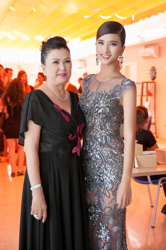 Kim Tuyen dien vay xuyen thau du show o Tay Ban Nha