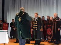 11A Borrend Nagymestere az avató kardot a jelölt vállára helyezi.jpg