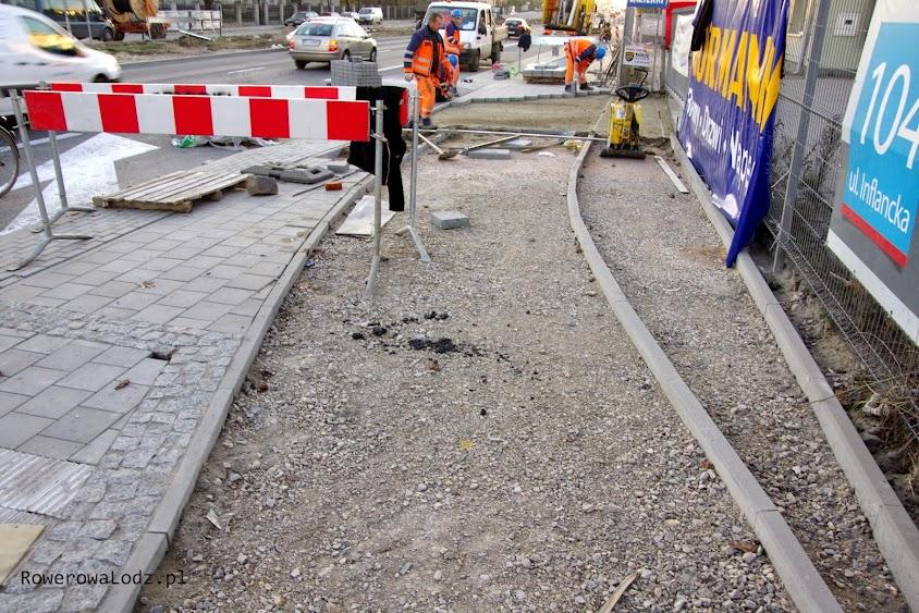 Tu będzie asfaltowa droga dla rowerów, która jak widać będzie dalej chodnikiem.