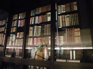 """Старинные книги """"Королевской Библиотеки"""" за стеклом - в центре Британской Библиотеки:  как архив и как зрелище"""