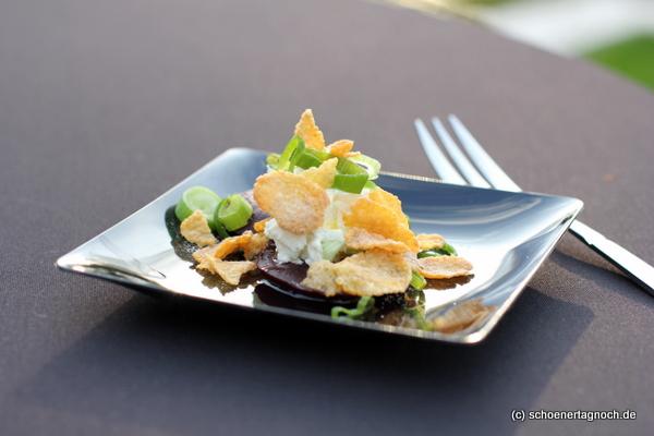 Gegrillte rote Beete mit Frischkäse, Frühlingszwiebeln und Wasabi-Cornflakes