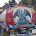 Schitterend beschilderde vrachtwagen met brandstof