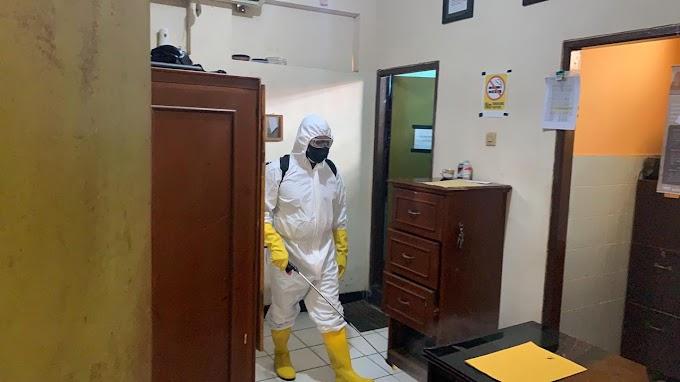 Stop Penyebaran Covid-19, Tim Respons Bencana Brimob Kaltim Semprotkan Disinfektan di Setiap Sudut Mako Batalyon B Pelopor