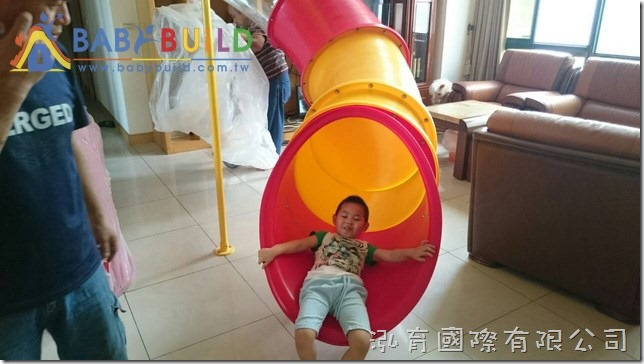BabyBuild 透明管狀螺旋滑梯帶給孩子歡樂!