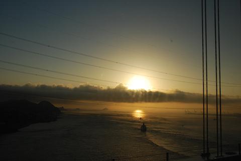 「道後エクスプレスふくおか号」からの車窓 日の出の関門海峡