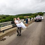 Мост - препятствие, которое невеста преодолеть самостоятельно никак не может.