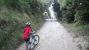 Iz ceste mali klanček do poti nad klifi. Anton ni imel zaleta, pa peš.