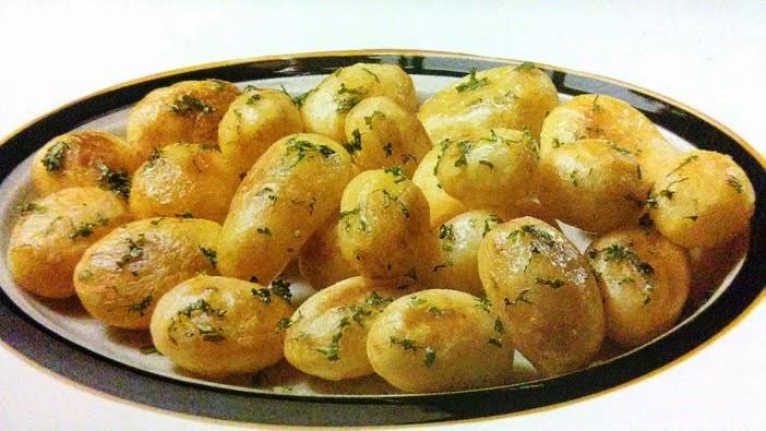 pieczone ziemniaki na talerzu