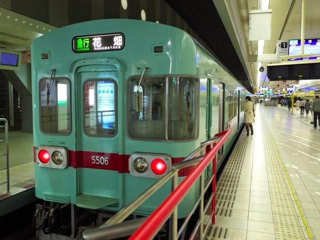 西鉄福岡天神駅の電車ホームにある青い急行花畑行き