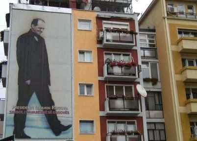 Ibrahim Rugova (1944-2006) an der Häuserwand: 'Symbol der Unabhängigkeit des Kosovo'