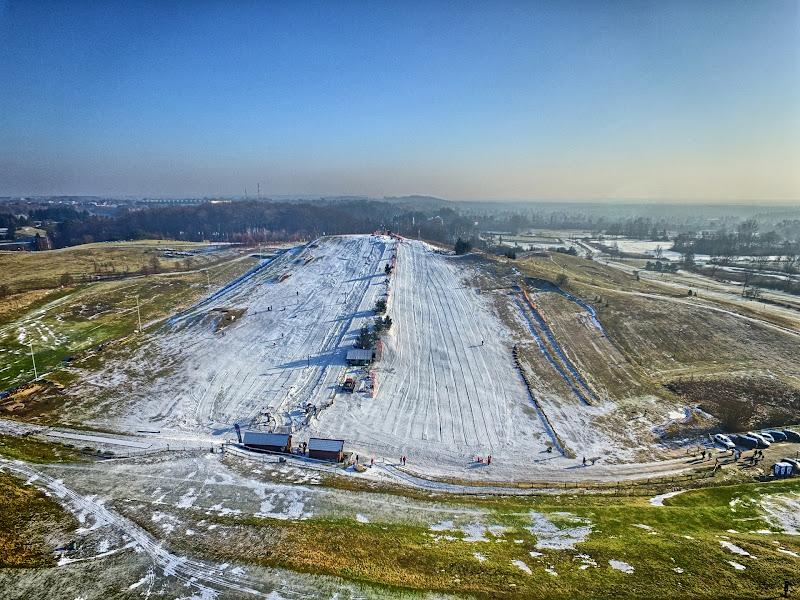 wynajem drona zdjęcia z lotu ptaka z drona stok narciarski w Myślęcinku z lotu ptaka w HDR